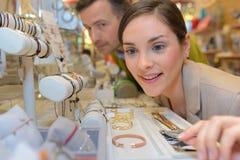 Εραστές που επιλέγουν τα κοσμήματα στη λεωφόρο Στοκ Εικόνες