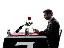 Εραστές που περιμένουν τις σκιαγραφίες γευμάτων Στοκ Εικόνες