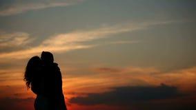 Εραστές στο ηλιοβασίλεμα απόθεμα βίντεο