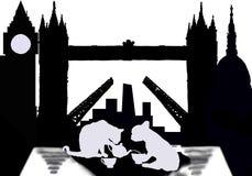 Εραστές τσαγιού στο Λονδίνο με τη γάτα και το σκυλί στοκ φωτογραφίες με δικαίωμα ελεύθερης χρήσης