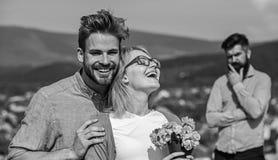 Εραστών ρωμανικές σχέσεις φλερτ αγκαλιασμάτων υπαίθριες Ρομαντικά λουλούδια ανθοδεσμών εραστών ημερομηνίας ζεύγους Έννοια απιστία στοκ εικόνες με δικαίωμα ελεύθερης χρήσης