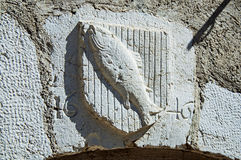 Εραλδική ασπίδα που χαράζεται στην πέτρα με τα ψάρια και την ημερομηνία στο Annecy Στοκ φωτογραφία με δικαίωμα ελεύθερης χρήσης