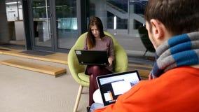 Εργάσιμη ημέρα ενός ζεύγους εραστών των freelancers απόθεμα βίντεο