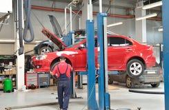 Εργάσιμη ημέρα μέσα στην αίθουσα υπηρεσιών αυτοκινήτων Στοκ Εικόνες