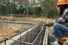 Εργάτες οικοδομών ή laborer με την υψηλότερη ζήτηση στοκ φωτογραφία