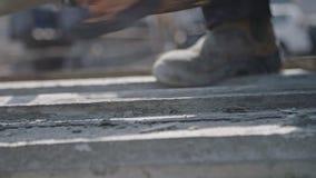 Εργάτες οικοδομών που καθαρίζουν τις φόρμες σκυροδέματος χάλυβα φιλμ μικρού μήκους
