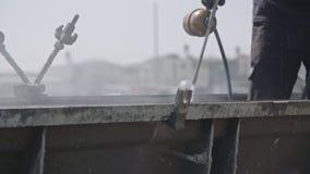 Εργάτες οικοδομών που καθαρίζουν τις φόρμες σκυροδέματος χάλυβα απόθεμα βίντεο