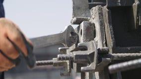 Εργάτες οικοδομών που προετοιμάζουν τις φόρμες σκυροδέματος χάλυβα φιλμ μικρού μήκους