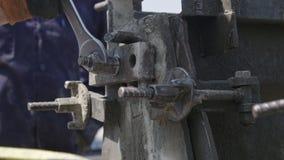Εργάτες οικοδομών που προετοιμάζουν τις φόρμες σκυροδέματος χάλυβα απόθεμα βίντεο