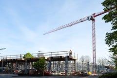 Εργάτες οικοδομών για τα υλικά σκαλωσιάς στο εργοτάξιο οικοδομής ξενοδοχείων Στοκ Φωτογραφίες