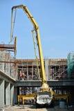 Εργάτες οικοδομών με το γερανό συγκεκριμένων αντλιών Στοκ Φωτογραφία