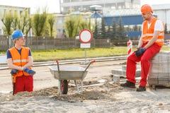 Εργάτες οικοδομών που έχουν ένα κενό Στοκ φωτογραφία με δικαίωμα ελεύθερης χρήσης
