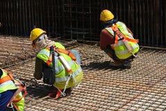 Εργάτες οικοδομών που κατασκευάζουν το φραγμό ενίσχυσης πλακών πατωμάτων Στοκ φωτογραφίες με δικαίωμα ελεύθερης χρήσης