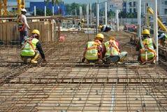 Εργάτες οικοδομών που κατασκευάζουν το φραγμό ενίσχυσης πλακών πατωμάτων Στοκ εικόνα με δικαίωμα ελεύθερης χρήσης