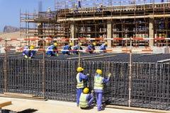 Εργάτες οικοδομών που πλέκουν rebars για το συγκεκριμένο ίδρυμα Στοκ εικόνα με δικαίωμα ελεύθερης χρήσης