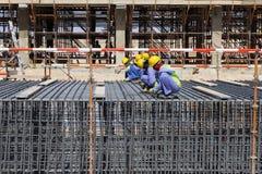 Εργάτες οικοδομών που πλέκουν rebars Στοκ φωτογραφίες με δικαίωμα ελεύθερης χρήσης