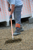 Εργάτες οικοδομών που σκουπίζουν στην εγκατάσταση Στοκ Φωτογραφίες