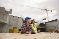 Εργάτες οικοδομών που συζητούν την εργασία Στοκ εικόνα με δικαίωμα ελεύθερης χρήσης