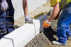 Εργάτες οικοδομών στο εργοτάξιο οικοδομής Στοκ φωτογραφίες με δικαίωμα ελεύθερης χρήσης