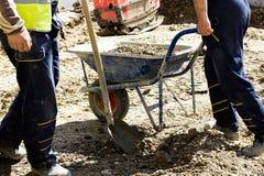 Εργάτες οικοδομών στο εργοτάξιο οικοδομής Στοκ Φωτογραφίες