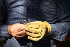 Εργάτης με τις βίδες μετάλλων Στοκ φωτογραφία με δικαίωμα ελεύθερης χρήσης