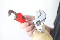 Εργάτης με δύο γαλλικά κλειδιά Στοκ Εικόνες