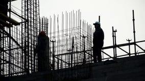 Εργάτης οικοδομών εργοτάξιων οικοδομής μηχανικών ατόμων σκιαγραφιών για το εργοτάξιο οικοδομής συνδετήρας Σκιαγραφία ενός εργαζομ απόθεμα βίντεο