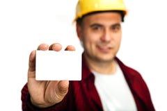 Εργάτης οικοδομών με τη επαγγελματική κάρτα Στοκ φωτογραφία με δικαίωμα ελεύθερης χρήσης