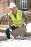 Εργάτης οικοδομών που βάζει Blockwork Στοκ Εικόνες