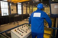 Εργάτης οικοδομών που ενεργοποιεί μια μηχανή Στοκ Φωτογραφία