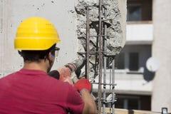 Εργάτης οικοδομών που χρησιμοποιεί ένα τρυπώντας με τρυπάνι εργαλείο δύναμης Στοκ εικόνα με δικαίωμα ελεύθερης χρήσης