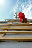 Εργάτης οικοδομών για τη στέγη Στοκ Φωτογραφία