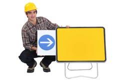 Εργάτης οικοδομών με ένα βέλος Στοκ φωτογραφία με δικαίωμα ελεύθερης χρήσης