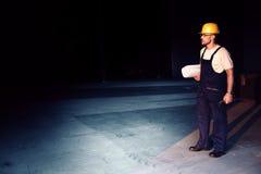 Εργάτης οικοδομών με τις μπλε τυπωμένες ύλες Στοκ Εικόνες