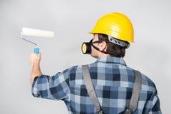 Εργάτης οικοδομών με τον κύλινδρο χρωμάτων Στοκ Φωτογραφία