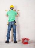 Εργάτης οικοδομών με το εργαλείο επιπέδων Στοκ φωτογραφίες με δικαίωμα ελεύθερης χρήσης