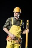 Εργάτης οικοδομών με το εργαλείο επιπέδων Στοκ εικόνα με δικαίωμα ελεύθερης χρήσης