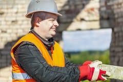 Εργάτης οικοδομών με το τούβλο στα χέρια Στοκ Εικόνες