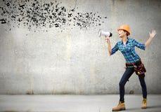 Εργάτης οικοδομών που αναγγέλλει κάτι Στοκ Εικόνα