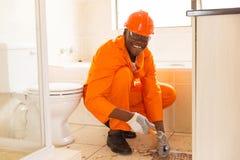 Εργάτης οικοδομών που αφαιρεί τα κεραμίδια Στοκ φωτογραφίες με δικαίωμα ελεύθερης χρήσης