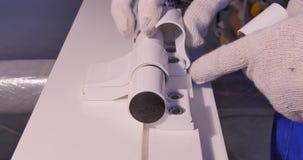 Εργάτης οικοδομών που εγκαθιστά το παράθυρο στην κατασκευή Χειρωνακτικές επιτροπές γυαλιού εργαζομένων συγκεντρώνοντας για τα παρ φιλμ μικρού μήκους