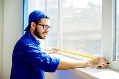 Εργάτης οικοδομών που εγκαθιστά το παράθυρο στοκ εικόνες με δικαίωμα ελεύθερης χρήσης