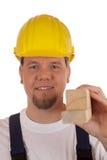 Εργάτης οικοδομών που κρατά ξύλινα slats Στοκ Φωτογραφίες