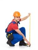 Εργάτης οικοδομών που μετρά τον τοίχο Στοκ Φωτογραφία