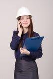 Εργάτης οικοδομών που μιλά σε έναν πελάτη στο τηλέφωνο Στοκ Φωτογραφίες