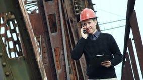 Εργάτης οικοδομών που μιλά στο τηλέφωνο κυττάρων απόθεμα βίντεο