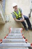 Εργάτης οικοδομών που πέφτει από τη σκάλα και που τραυματίζει το πόδι Στοκ φωτογραφία με δικαίωμα ελεύθερης χρήσης