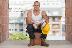 Εργάτης οικοδομών που παίρνει ένα σπάσιμο στην εργασία Στοκ φωτογραφία με δικαίωμα ελεύθερης χρήσης