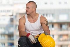 Εργάτης οικοδομών που παίρνει ένα σπάσιμο στην εργασία Στοκ Εικόνες