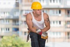 Εργάτης οικοδομών που παίρνει ένα σπάσιμο στην εργασία Στοκ Φωτογραφίες